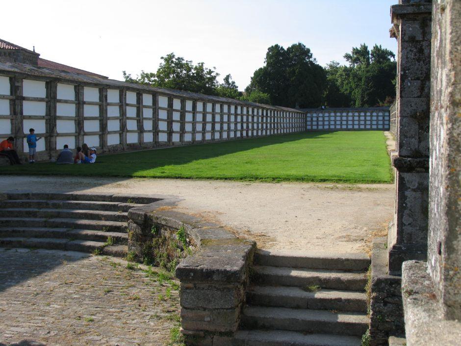 Parque de Bonaval, que incorporó los nichos del antiguo cementerio de la ciudad