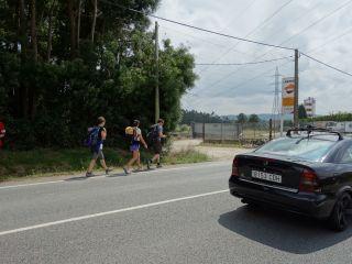 El Camino Inglés coincide con la carretera en As Travesas