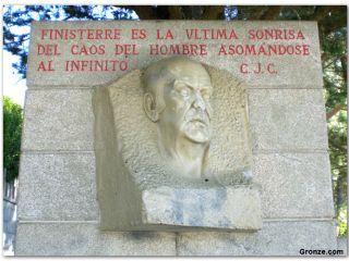 Monumento a Cela en Fisterra