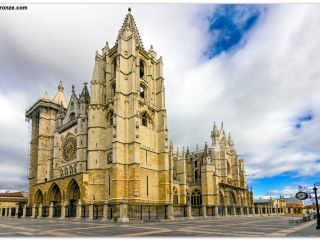 La Catedral de León, joya monumental del Camino Francés