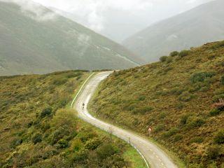 Peregrino ciclista en los Montes de León
