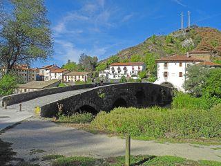Puente, albergue y basílica de la Trinidad de Arre