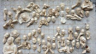 Mural escultórico en el manicomio de Saint-Alban-sur-Limagnole