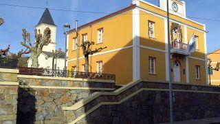 Ayuntamiento e iglesia de Trabada