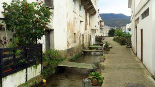 Canal y pasarelas en una calle del barrio dos Muiños, Mondoñedo