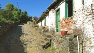Casas humildes a pie de camino en Barxa de Lor