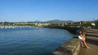 El río Bidasoa en Hondarribia, y, al fondo, el monte Larrun