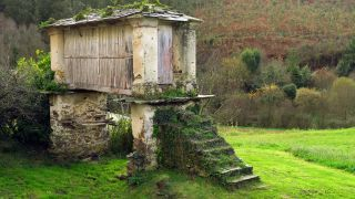 Un cabazo, construcción tradicional para almacenar grano, en Lantoira