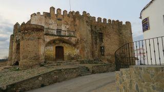 Castillo de Valencia del Ventoso, antigua casa palaciega de los siglos XV y XVI