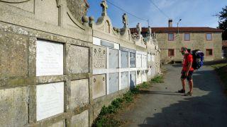 Curiosos nichos del cementerio de Eirexe, de cara a la calle
