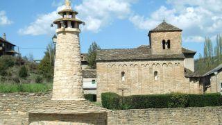 Chimenea troncocónica e iglesia de San Caprasio, Santa Cruz de la Serós