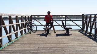 Ciclista frente al río Tajo en Alhandra
