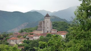 Vista de Saint-Bertrand-de-Comminges saliendo por el camino