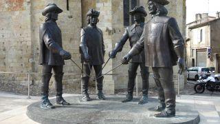Monumento a los Mosqueteros en la Place Saint-Pierre de Condom
