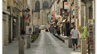 Calle comercial y catedral de Condom