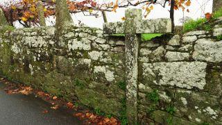 Cruz integrada en muro en Chafé