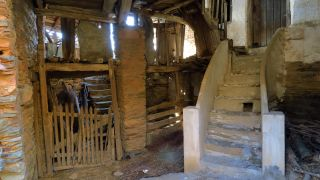 Cuadra y escalera en una casa abandonada de O Ermidón