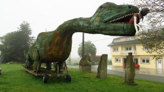 Curiosas esculturas y dinosaurio en O Castro