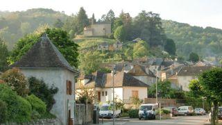 Entrada a Castillon-en-Couserans, con el pequeño albergue de peregrinos en primer plano (izquierda)