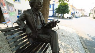 Estatua de José Saramago en un banco de Azinhaga