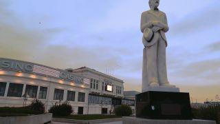 Estatua de Fernando Pessõa ante del Casino de Póvoa de Varzim