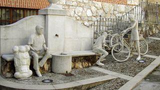 Fuente y esculturas en Ciguñuela