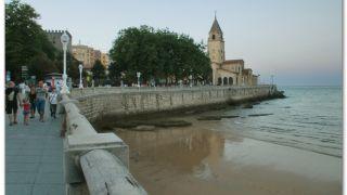 Playa de San Lorenzo e iglesia de San Pedro, Gijón