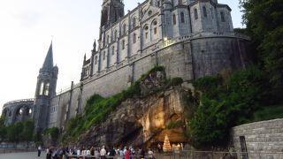 Gruta de Bernadette bajo el santuario de Lourdes