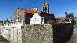 Iglesia de Eirexe, con su cementerio alrededor