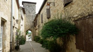 Calle y torre con puerta de la muralla, La Romieu