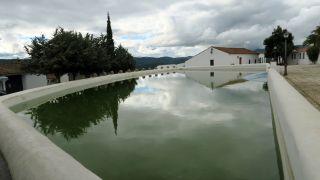 La Laguna, una gran alberca en el centro de Cañaveral de León