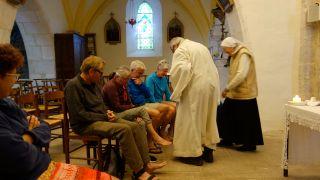 Rito del lavatorio de pies a los peregrinos en la iglesia de Lascabanes