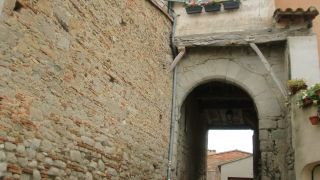 Portal en el casco histórico de Lasserre-de-Prouille
