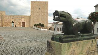 Reproducción de la Leona de Baena ante la entrada al castillo