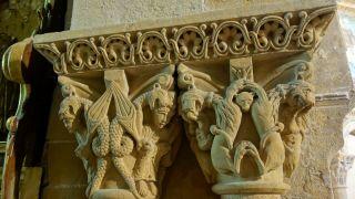 Capiteles en el interior de la catedral de Lescar