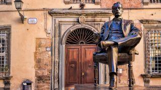 Estatua de Puccini en Lucca, su ciudad natal