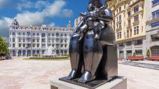 "Obra ""La Maternidad"", en la plaza de la Escandalera de Oviedo"