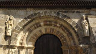 Portada de la iglesia de Santa Marta de Tera, con la imagen de Santiago Peregrino (izq.)