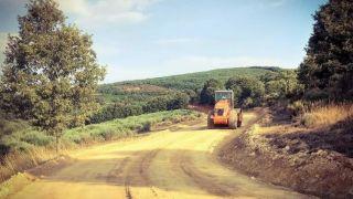 Maquinaria pesada sobre el Camino (está prohibido), apisonando el vial
