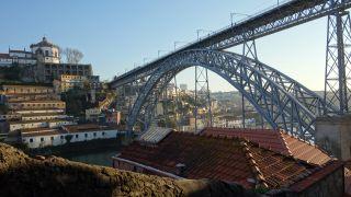 Una vista atípica de la ponte de D. Luís.