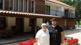 María y Juanjo ante la pensión-restaurante Virxe da O