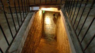 Bajando a la cripta de la iglesia Saint-Michel de Mifaget