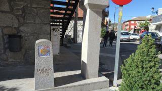 Mojón y flechas en el ayuntamiento de Mataelpino