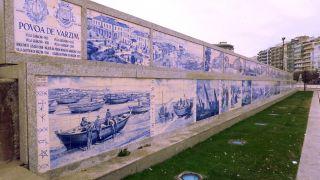 Mural de azulejos sobre la historia de Póvoa de Varzim