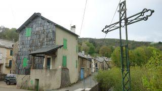 Cruz de hierro y casas, Murat-sur-Vèbre