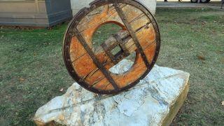 Rueda de madera ante el museo etnográfico de Quiroga