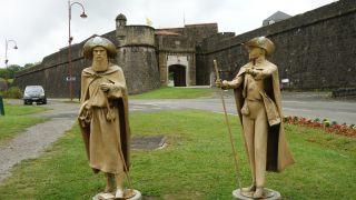 Exterior y esculturas de peregrinos, puerta de Saint-Antoine, Navarrenx