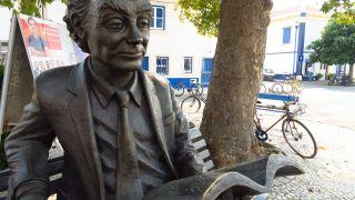 Escultura del Nobel Saramago, junto a su casa natal en Azinhaga