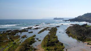 Rocas en la costa de la península de La Magdalena, Santander