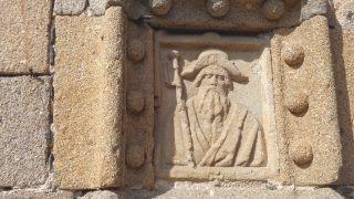 Relieve de Santiago Peregrino, en la iglesia de Santiago de Plasencia